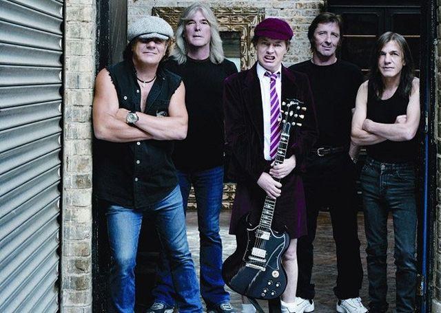 AC/DC w artykule BRIAN JOHNSON - GAZ DO DECHY. AUTOBIOGRAFIA LEGENDARNEGO FRONTMANA AC/DC.